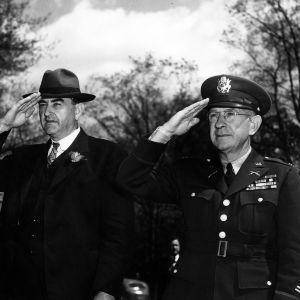 Governor recognizes a military salute