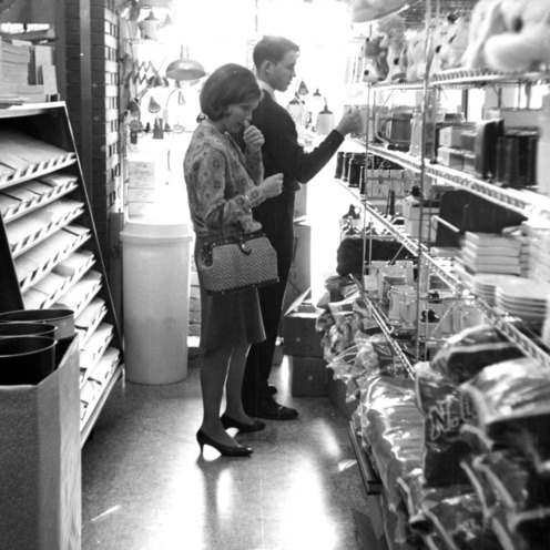 Student Supply Store, students shopping for books