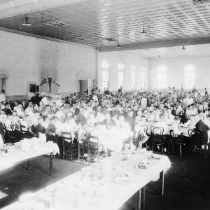 Students eating in Leazar Hall
