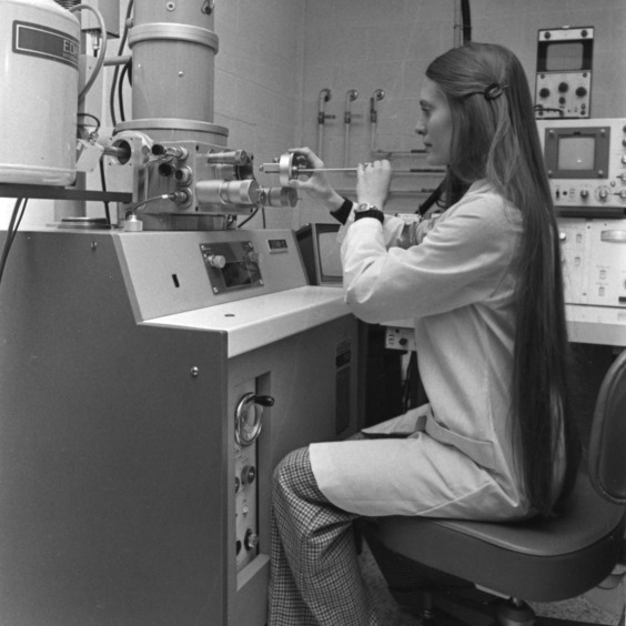 Student Angela Skelton at the scanning electron microscope.