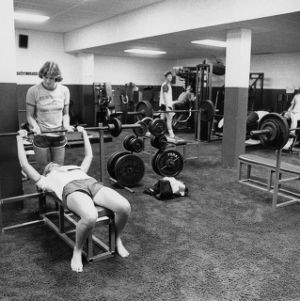 Women basketball players lifting weights in weightroom