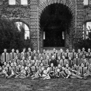 Captain F. E. Phelps and battalion members posing in front of Holladay Hall