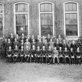 Senior class of 1923 with faculty in front of Tompkins Hall