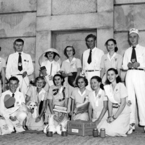 4-H Honor Club conference attendees in front of Memorial Belltower, 1952