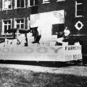 Biology float at the students' agricultural fair, North Carolina State College, 1925
