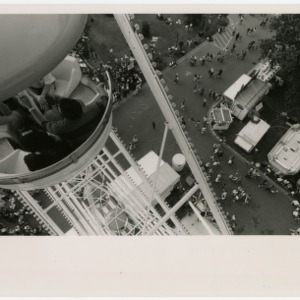 Overview of 2 couples on the ferris wheel