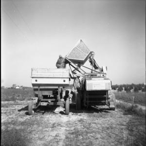 Field operation combine with batch bin